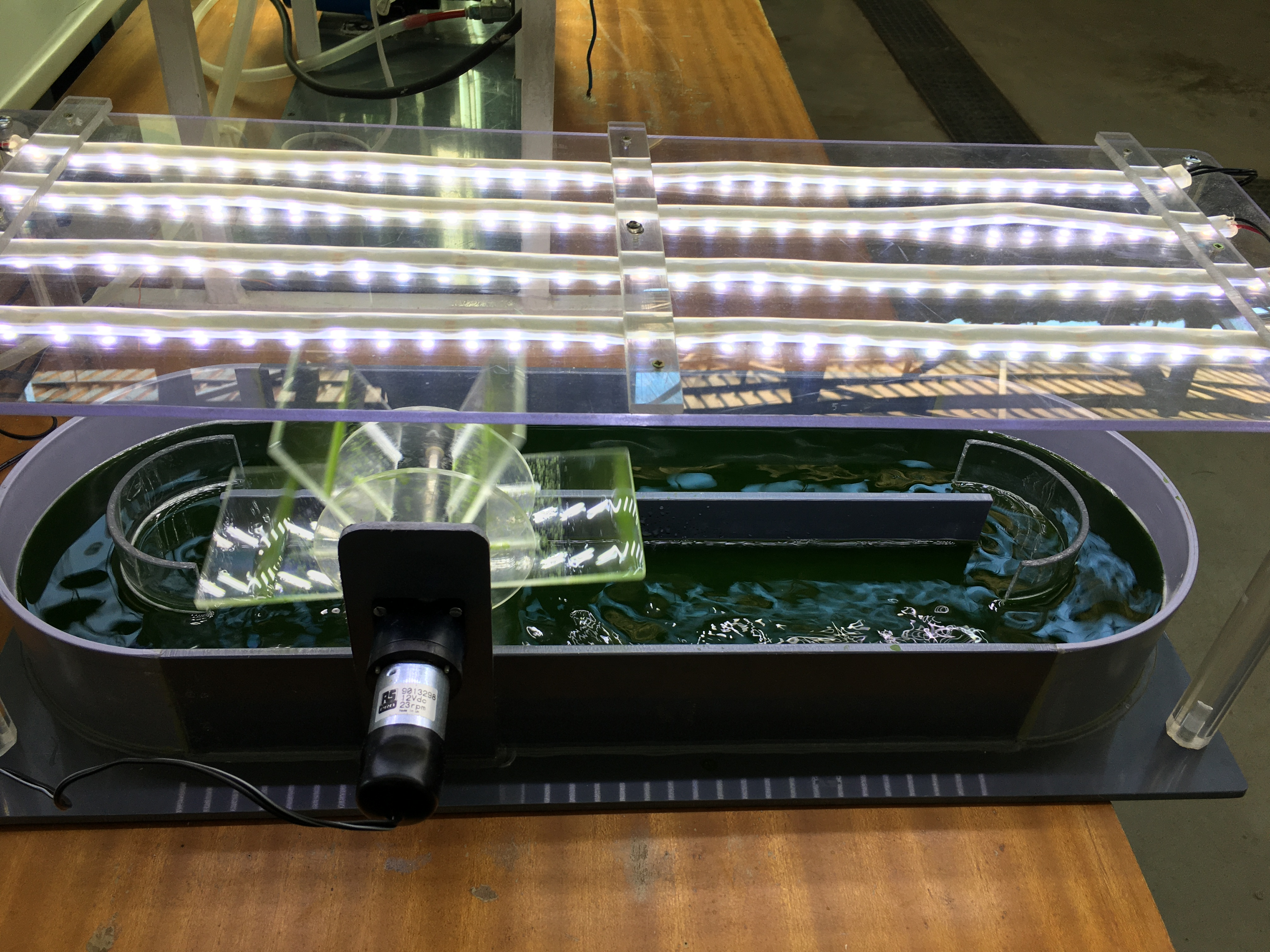Maqueta de un pequeño biorreactor mostrado durante una de las actividades preparadas para la Semana de la Ciencia.