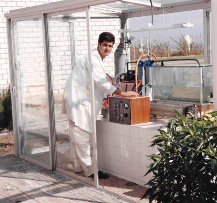 El profesor Emilio Molina Grima en una foto de la época de los inicios del grupo de investigación de Biotecnología de Microalgas Marinas.