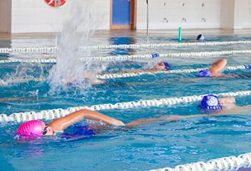 Natación en la piscina